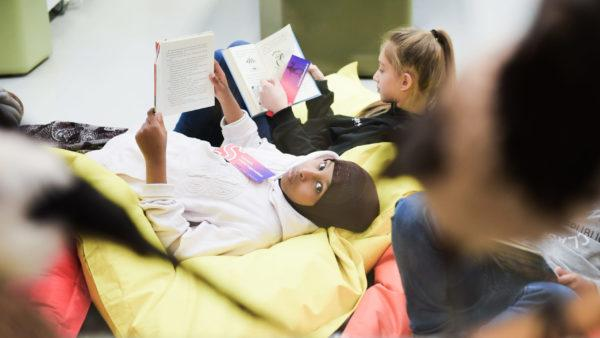 Kaksi tyttöä lukee