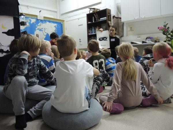 Pia Krutsin vetää sanataidetuntia lapsille