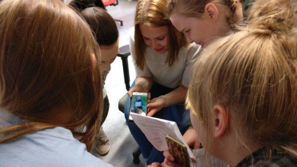 Oppilaat tekevät kamerakynä-tehtävää. Kuvannut Ismo Kiesiläinen